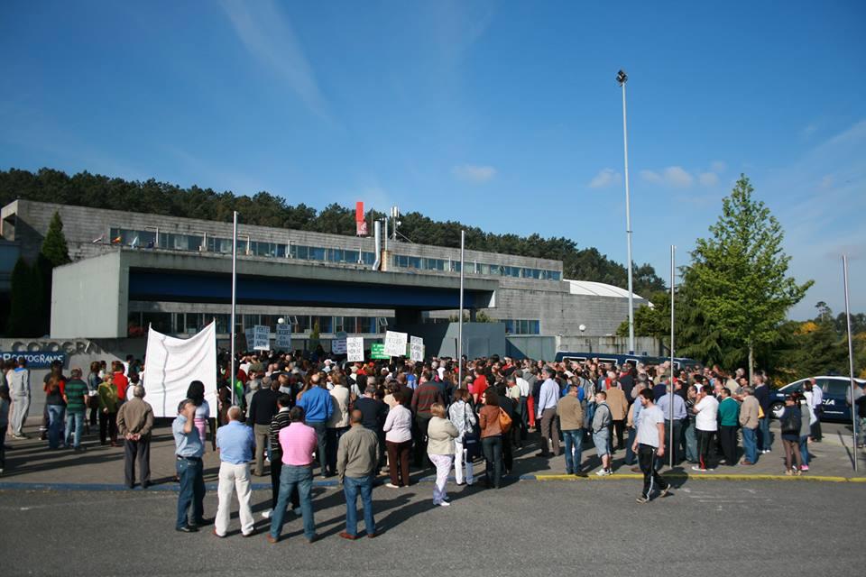 Concentración diante do IFEVI previa a asemblea do 26 de maio.