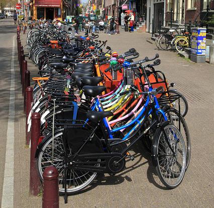 Bicicletas aparcadas nunha rúa europea.