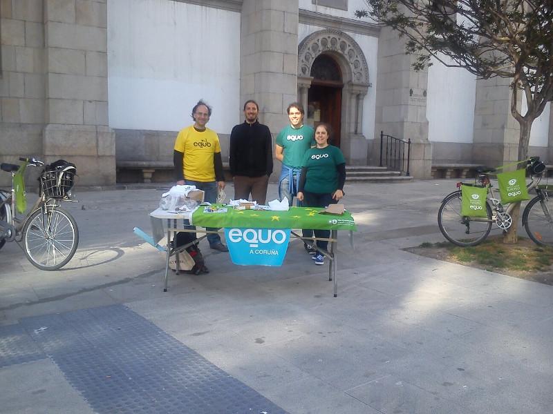 Foto da primeira Mesa Informativa da campaña das Europeas2014 na Coruña, con xente de EQUO e de Democracia Participativa.