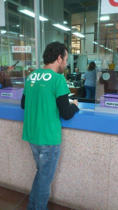 Néstor Vázquez entregando as alegacións no rexistro.