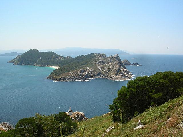 Foto das Illas Cíes: Vista das illas de Monteagudo e do Medio desde a Costa da Vela. Foto de Caos, 2006/07/06 , Licenza CC-BY-SA-2.5,2.0,1.0, GFDL, Illas Cíes